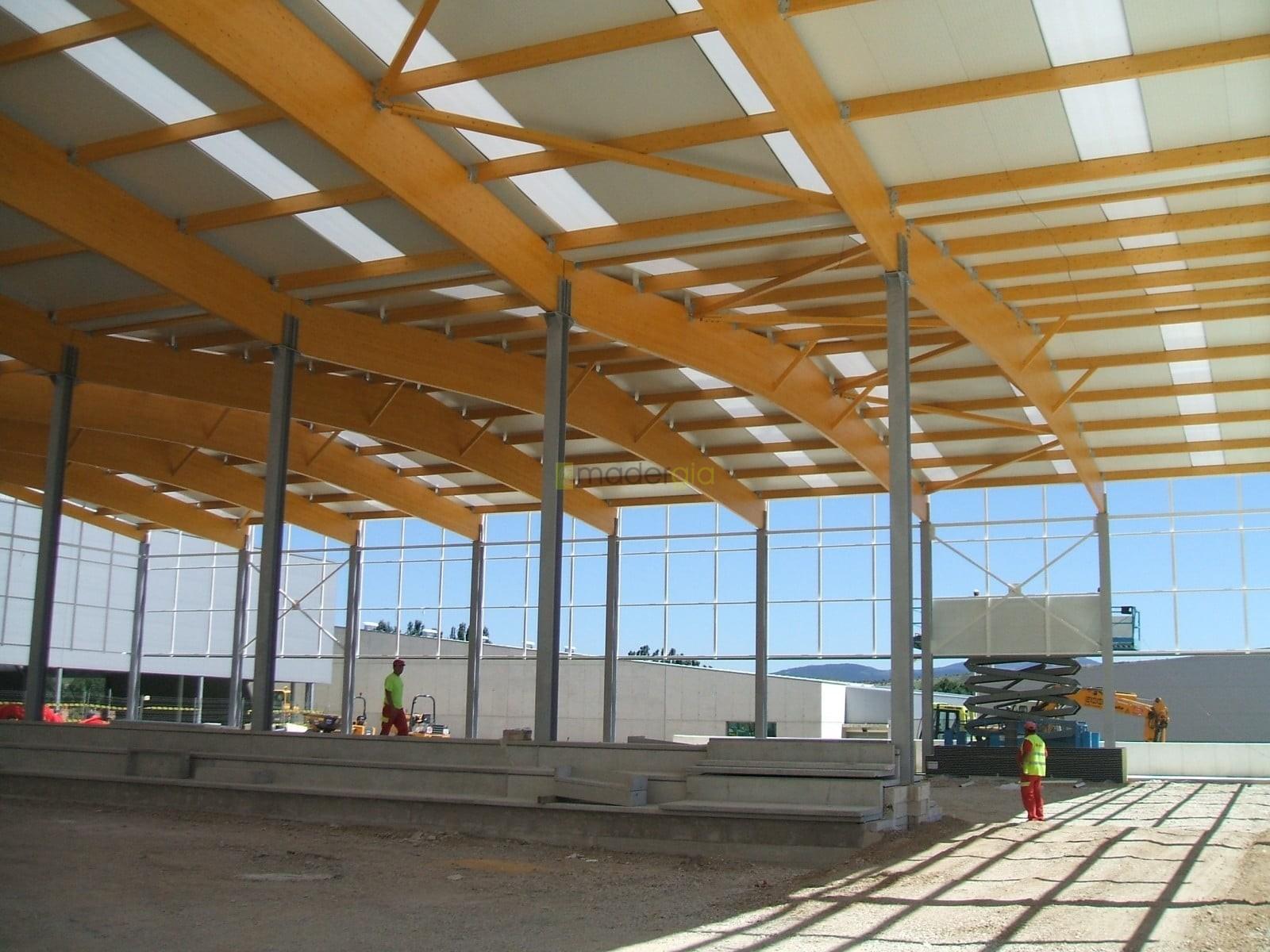 Cubierta de polideportivo madergia - Estructura madera laminada ...