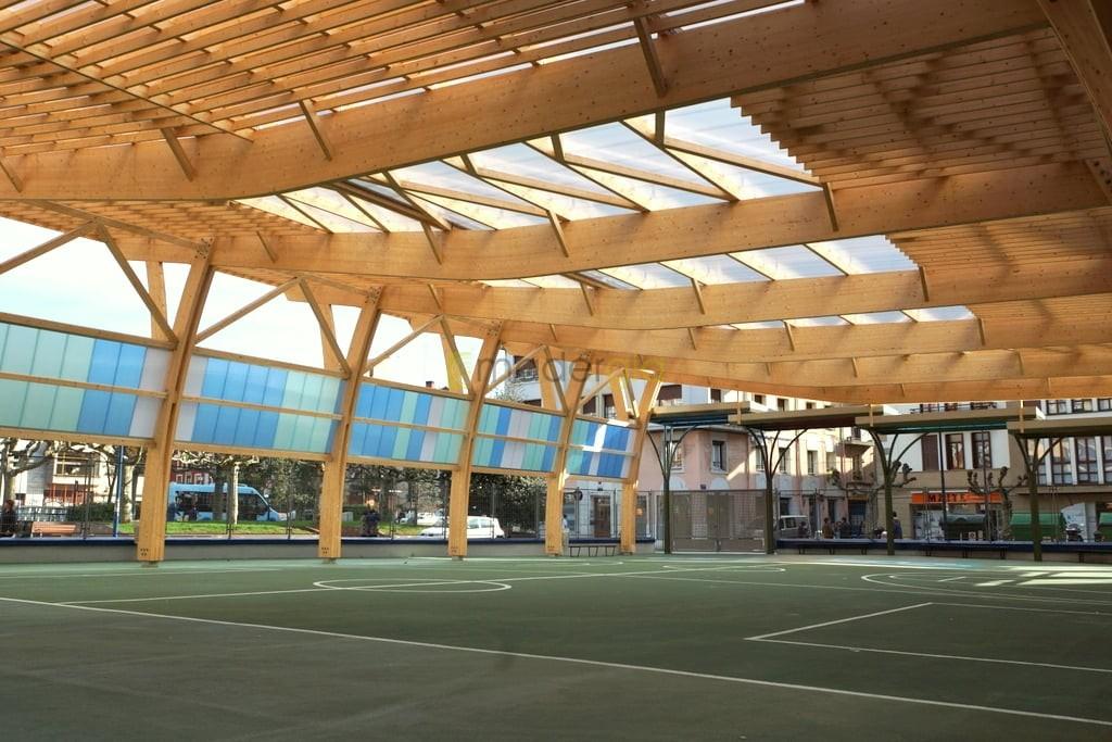 Cubierta de patio en ceip madergia for Estructura de madera para piscina