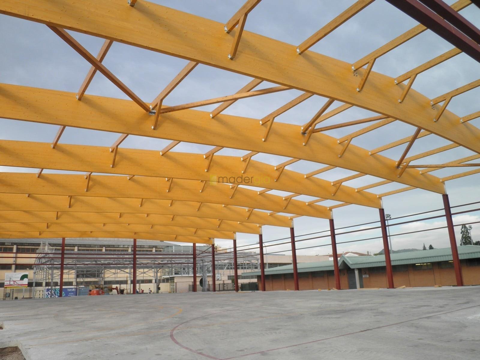 Cubierta parcial de patio de colegio madergia - Estructura madera laminada ...